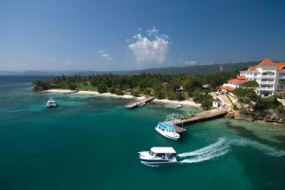 hotel-pier-on-cayo-levantado-island